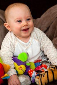baby-mit-spielzeug für einjährige